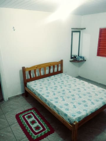 suite com cama de casal e roupeiro cabideiro