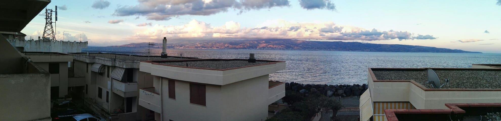 Cielo azzurro e piedi nello Stretto - Messina - Apartemen