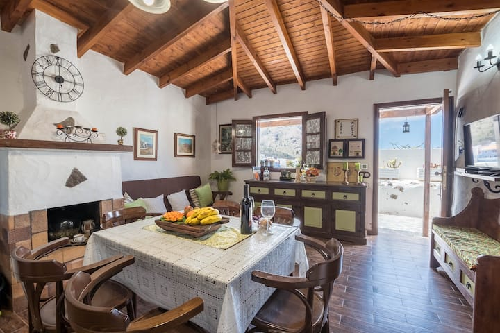Traditional Canarian Holiday Home María with Wi-Fi, Terrace and Mountain View