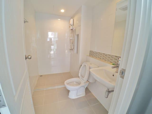 ห้องน้ำสะอาดพร้อมเครื่องทำน้ำอุ่น (Bathroom with water heater)