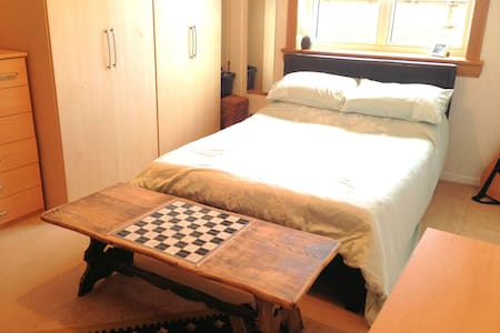 Luxury Large Double Bedroom in Villa with Garden - Edinburgh