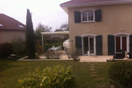 Villa au calme avec jardin arboré - Loisin