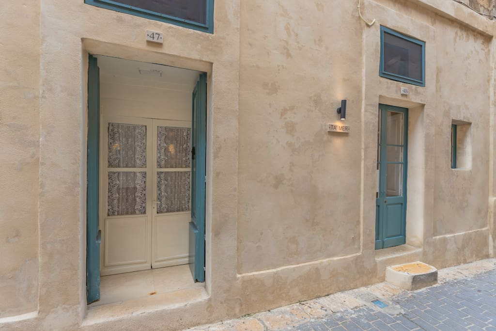 A 400 year old recently renovated studio apartment with its own street level entrance set in a narrow street in the old quarters of this quaint historic village in Gozo - Victoria / Rabat.