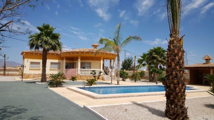 Villa 2000 metros cuadrados con piscina en Catral.