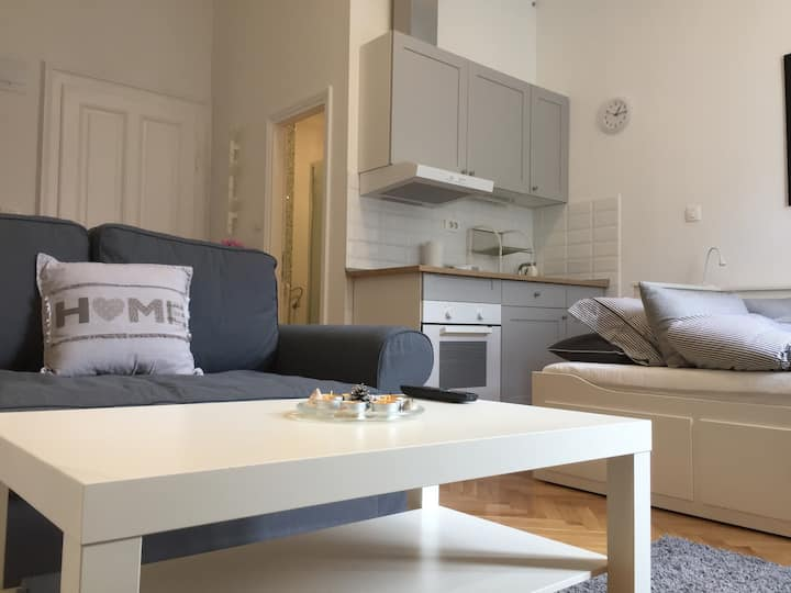 New, modern studio in City Centre (Free parking)