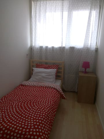 Cozy Red Bed - Diemen