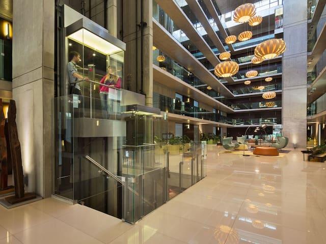 Amplio lobby con wifi