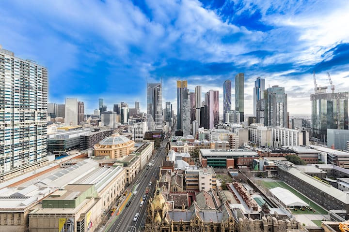 Panoramic views of Melbourne from Luxury CBD Suite