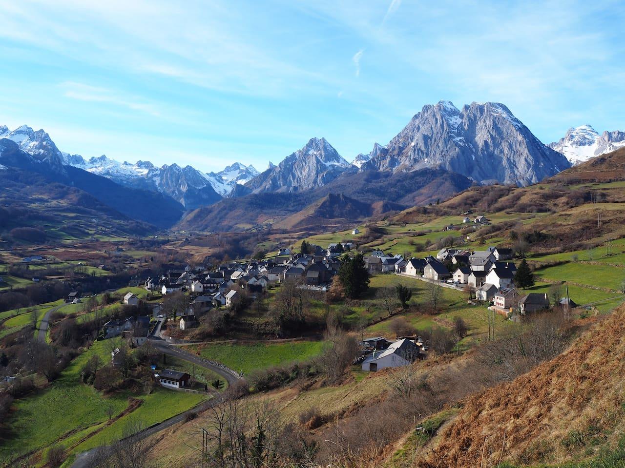 Le village de Lescun. Lescun's village. El pueblo de Lescun