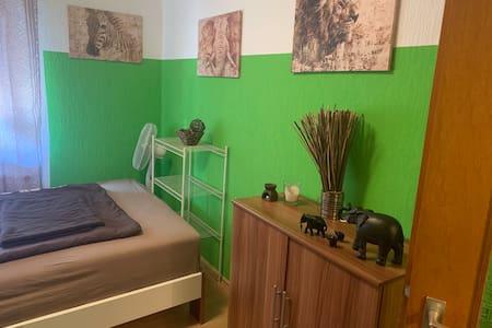 Privates Zimmer in ruhiger Lage zu vermieten.