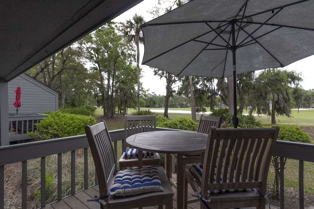 Enjoy the golf views and eat outside at this comfortable high top table and chairs.