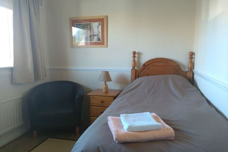 Fresh and comfortable single room in a 3 bed house