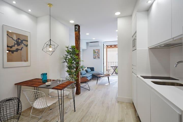 S. Marcos loft w/ BALCONY (CHUECA) ideal 4 COUPLES