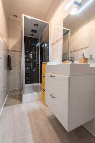 Salle de bain avec sèche serviette