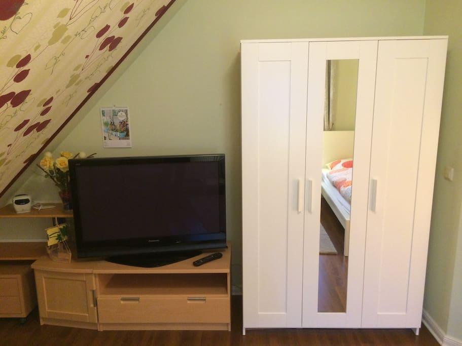TV und Kleiderschrank