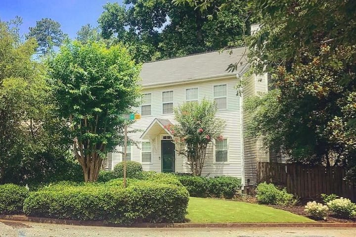 Historic Brookhaven- Private/Spacious Room