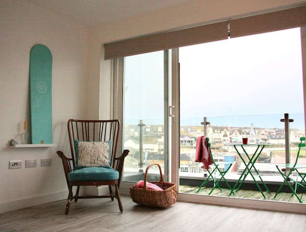 Harbour View - Sunny Balcony + Surfboard Storage
