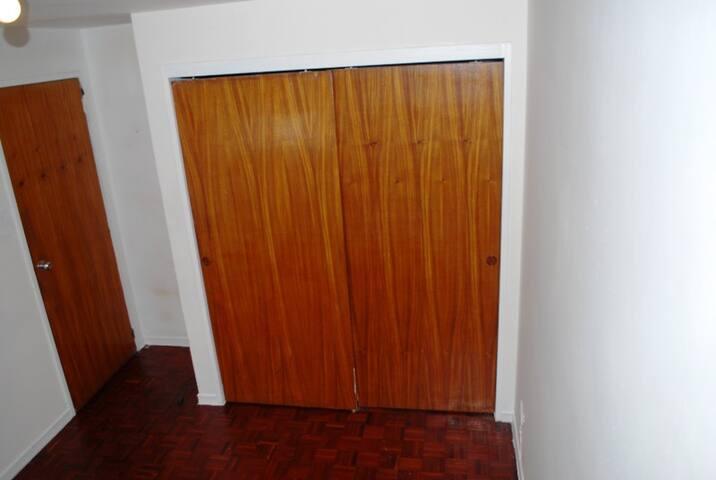 Habitación cómoda con aire acondicionado