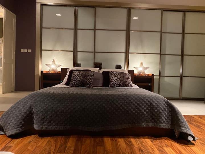 Sliema Topaz Deluxe Suite with private bathroom.
