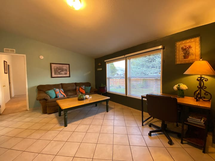 Convenient stay near downtown, king bed, yard