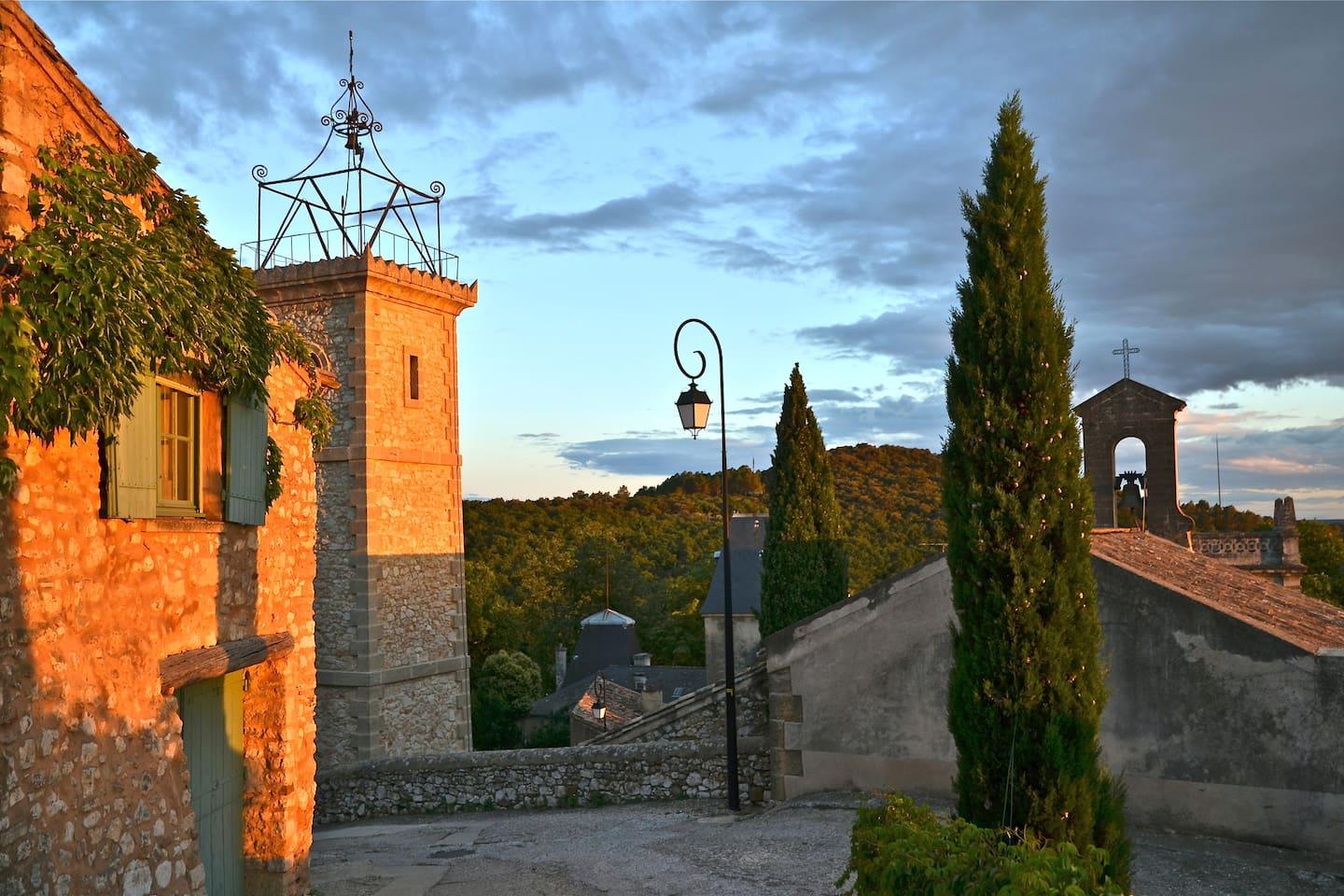 Vue de la rue, un soir de septembre : mazet, la tour d'horloge