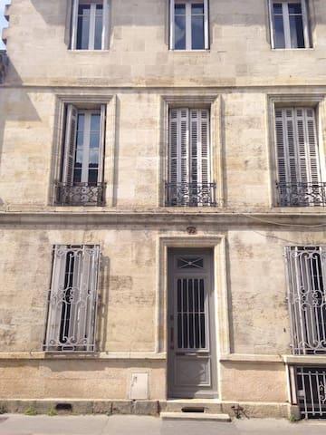 façade en pierre de taille.
