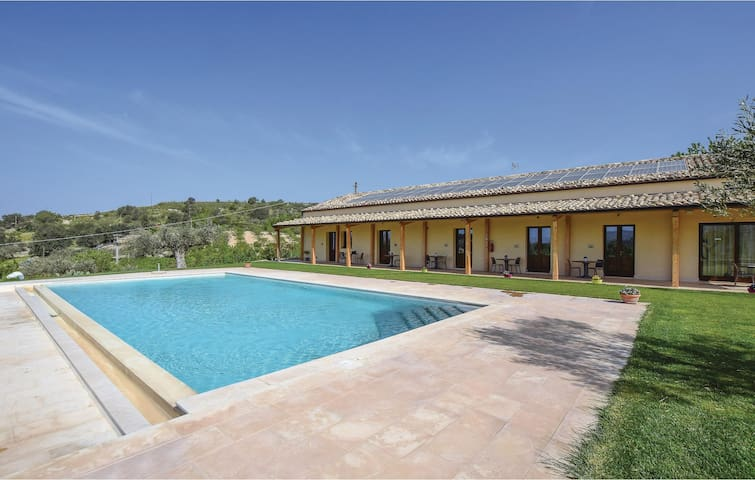 Holiday cottage with 7 bedrooms on 200m² in Chiaramonte Gulfi