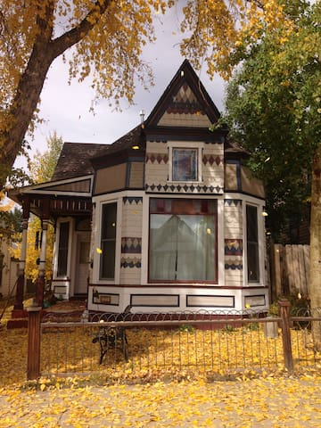 Charming downtown Victorian 9th St. - Ледвилл - Дом