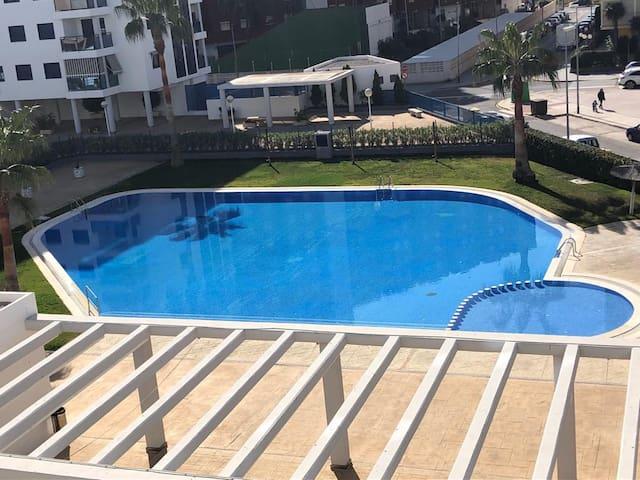 El complejo cuenta con una piscina grande y una piscina pequeña, además de una zona de césped con sombra para poder relajarse. Tienes a tú disposición tumbonas, mesas y sillas.