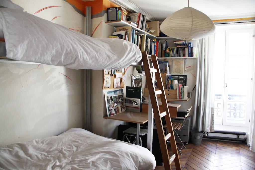 Une chambre lumineuse pour 2 avec un coin bureau