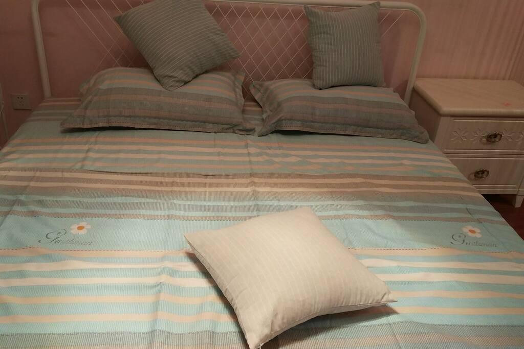 干净舒适的大床。