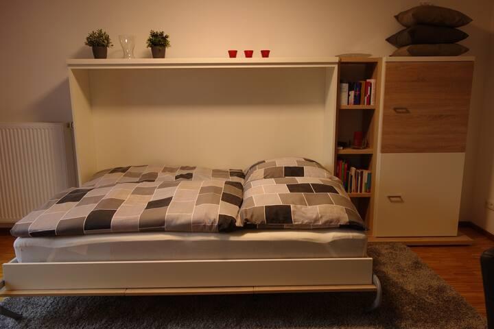 Schrankbett 140X200 geöffnet Gute Matratze, Bettwäsche ist aufgezogen
