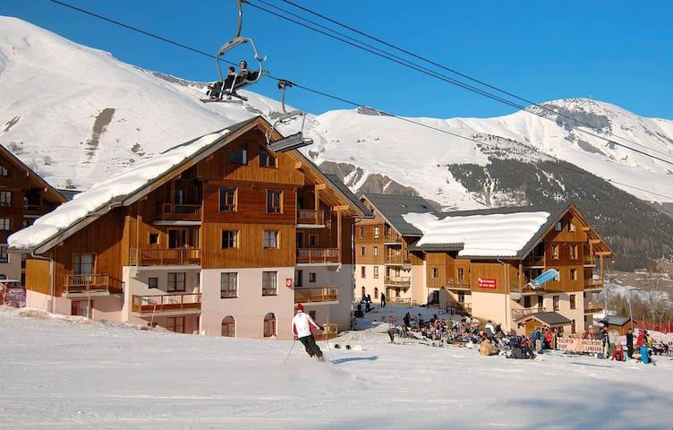 Appartement Abordable pour 5 Avec Balcon | Piscine Chauffée + Skis aux Pieds!