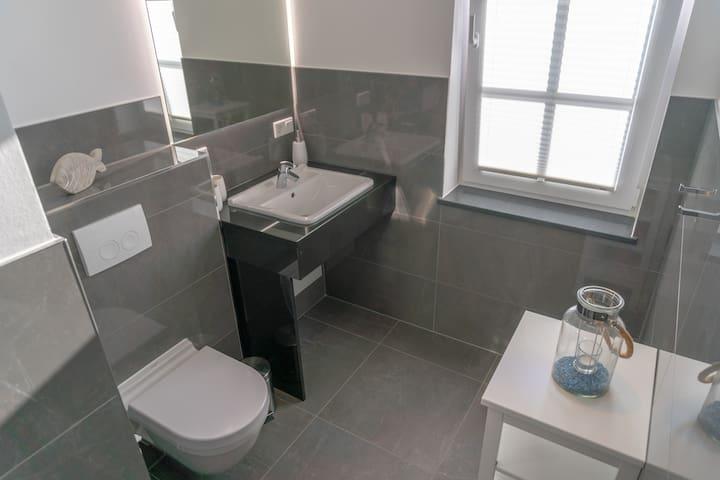 Badezimmer mit Dusche.