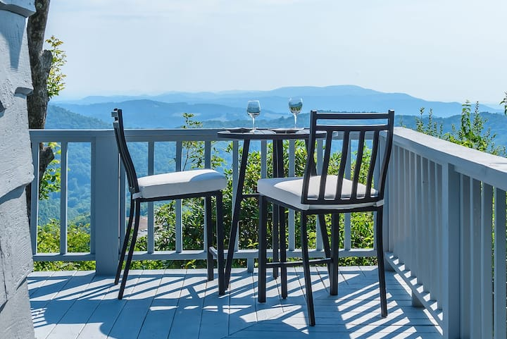 Mountain Chic Cottage with Panoramic Views, Hot Tub, Pool Table, on App Ski Mtn