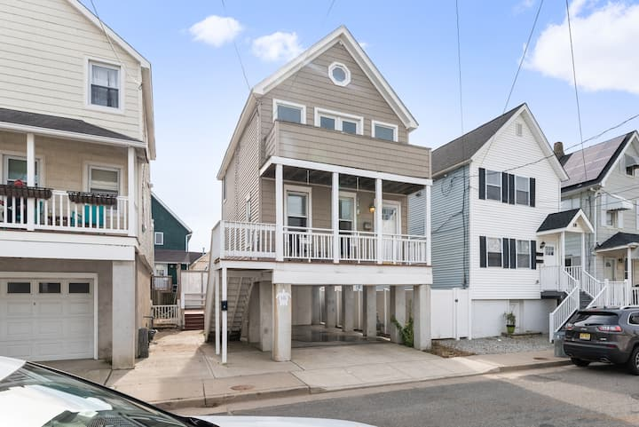 1 block to BEACH! Beautiful 3br with deck.