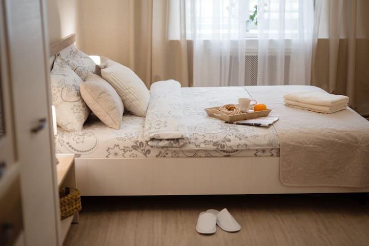 Удобная двуспальная кровать с ортопедическим матрасом и гипоаллергенными постельными принадлежностями