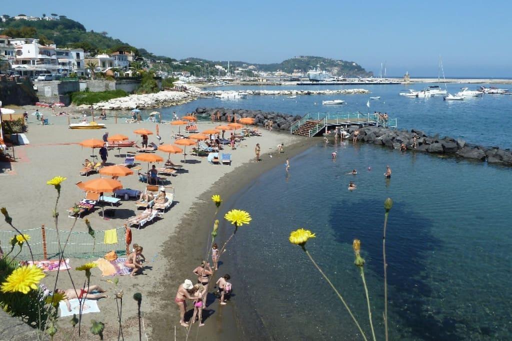 Casamicciola è famosa per le sue spiagge. Questa è a 150 m da Casa Romano.