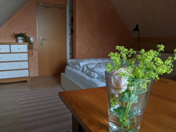 Sonniges Dachgeschoss Zimmer im Breisgau Dreieck