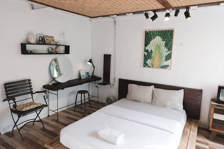 Room G3: double room for 2 pax, with inside privated bathroom. Full glass windown view to backyard