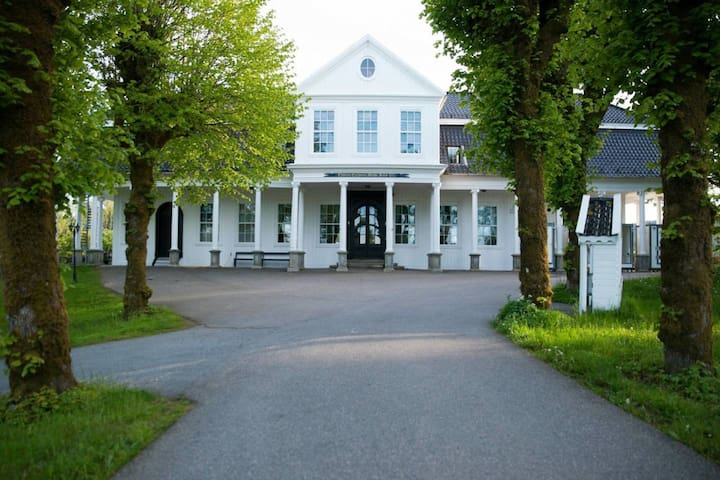 Historic villa on 800 sqm with unique huge property, close to bergen!