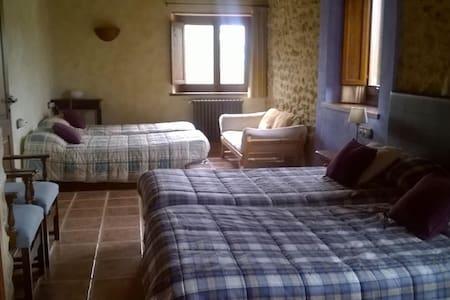 Alojamiento rural con 4 camas y desayuno. - Cornellà del Terri - Dom