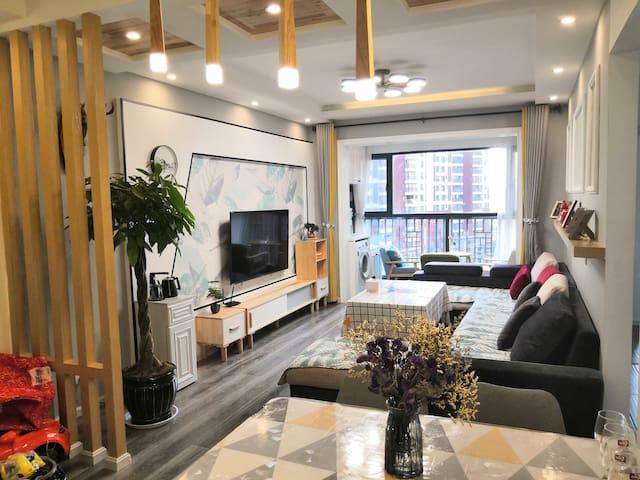 舒适宽敞的北欧风格100平米三室一厅公寓,客厅还有落地窗可以看风景。