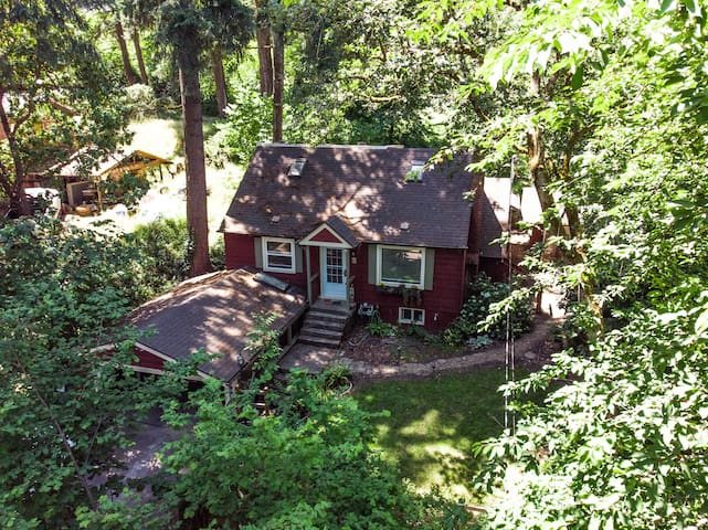 Vintage 2 level Cottage in the Trees near U of O