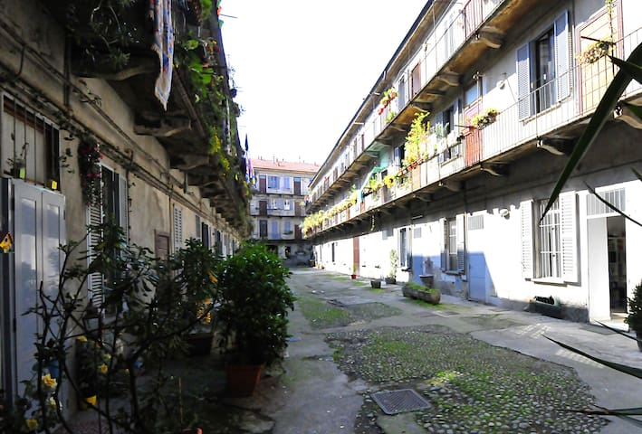 The apt is in the '800th-century Ca' Longa court (Long House in Milanese dialect)