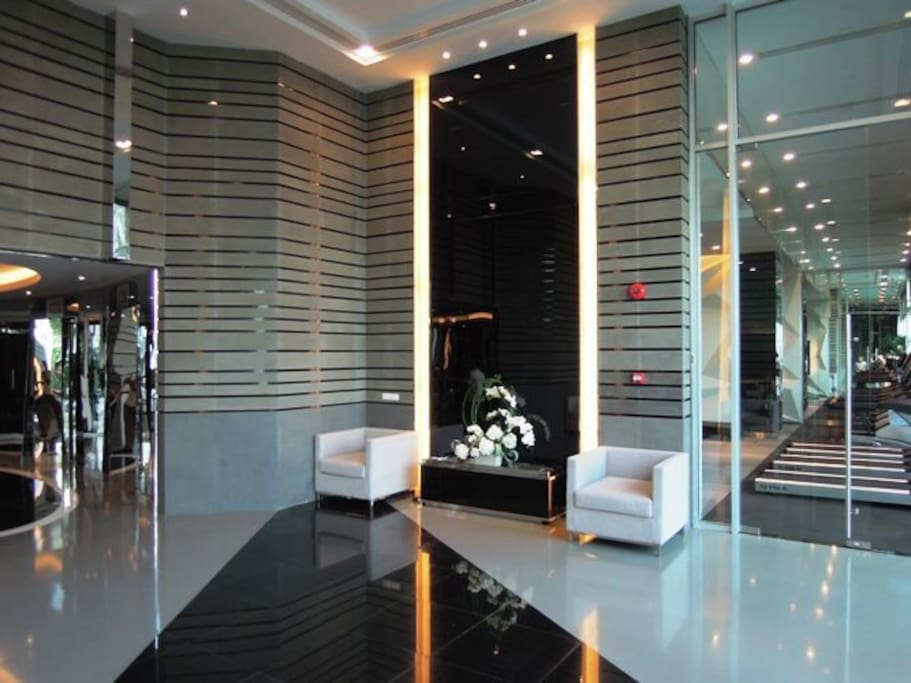 huge luxury ground floor lobby, 24 hrs security. suitable as a meeting point with visitors.