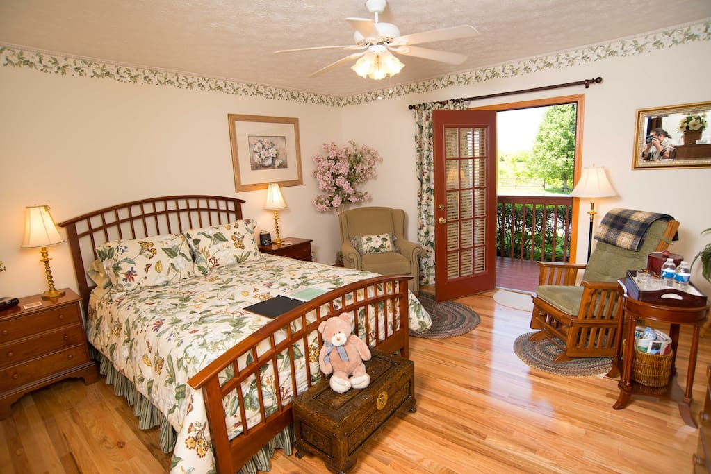 Queen Room with balcony and private bathroom