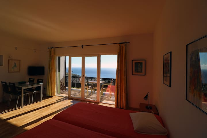 Estudio con terraza y vista al mar. Wifi y television satelital gratuito.