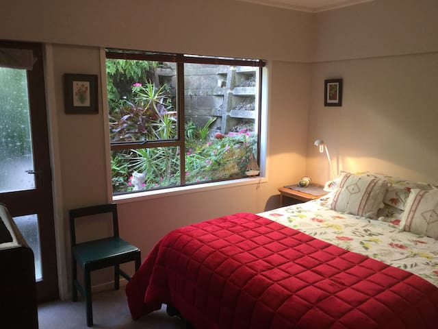 Private B&B in leafy Titirangi
