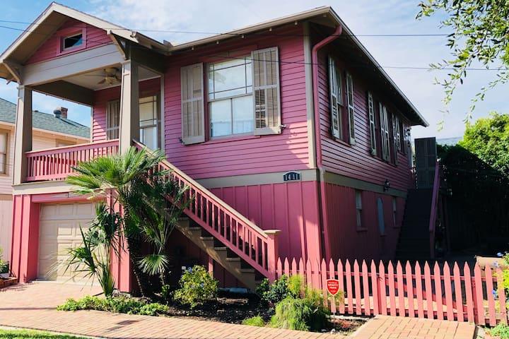 Pink Flamingo Cottage, Galveston- Beach View/Walk